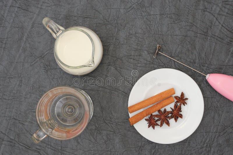 Förberedelse för sakramentet av aromatiskt kaffe för morgonkaffe fotografering för bildbyråer