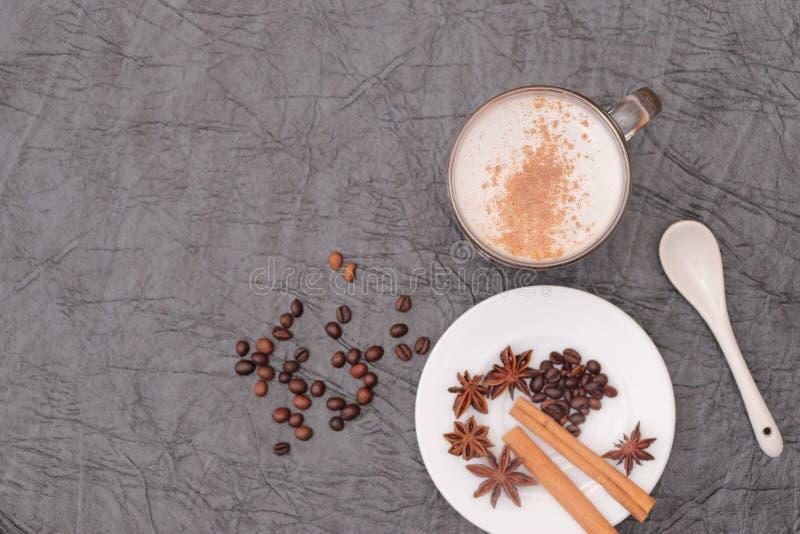Förberedelse för sakramentet av aromatiskt kaffe för morgonkaffe arkivbild