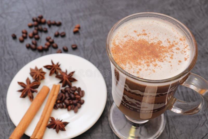 Förberedelse för sakramentet av aromatiskt kaffe för morgonkaffe arkivfoton