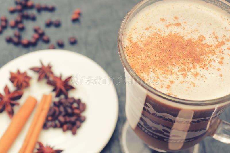 Förberedelse för sakramentet av aromatiskt kaffe för morgonkaffe arkivbilder