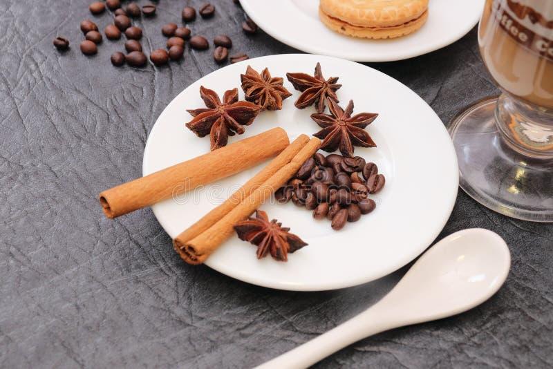 Förberedelse för sakramentet av aromatiskt kaffe för morgonkaffe royaltyfri bild