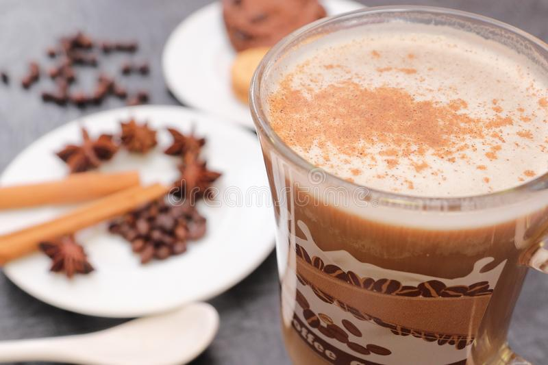 Förberedelse för sakramentet av aromatiskt kaffe för morgonkaffe arkivfoto