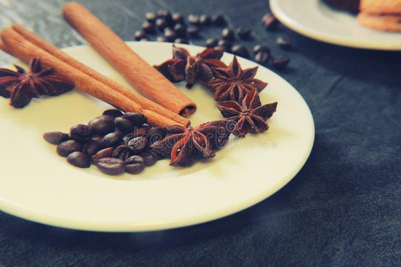 Förberedelse för sakramentet av aromatiskt kaffe för morgonkaffe royaltyfri fotografi