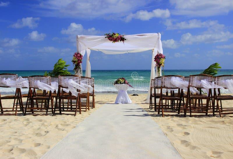 Förberedelse för strandbröllop arkivbild