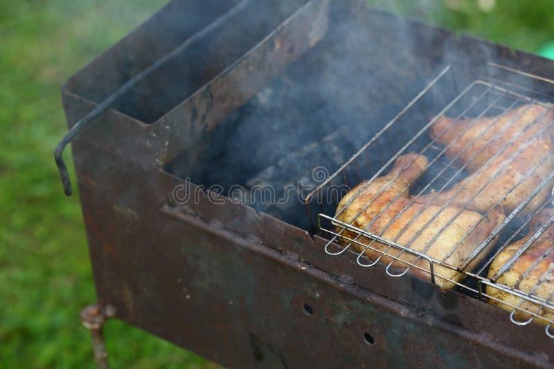 Förberedelse på bbq Maträtt med grillat kött på abstrakt bakgrund Varmt smakligt smokeygrillfestmål på kol och det brända vedträt royaltyfri foto