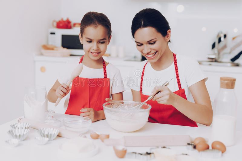 Förberedelsedeg med mamman Efterrätt för familj fotografering för bildbyråer