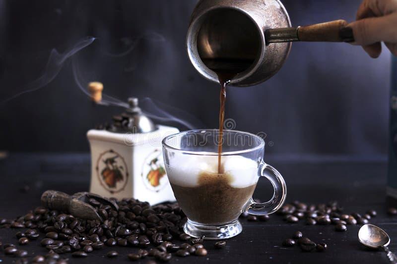 Förberedelsen av aromatiskt kaffe med skum och mjölkar Mörkt foto exponeringsglas för espresso för cezvekaffe kallt som tjänat so arkivfoto