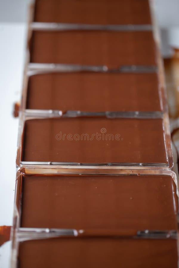 Förberedelsen av mörka chokladstänger gjorde från noll genom att använda kakao royaltyfria bilder