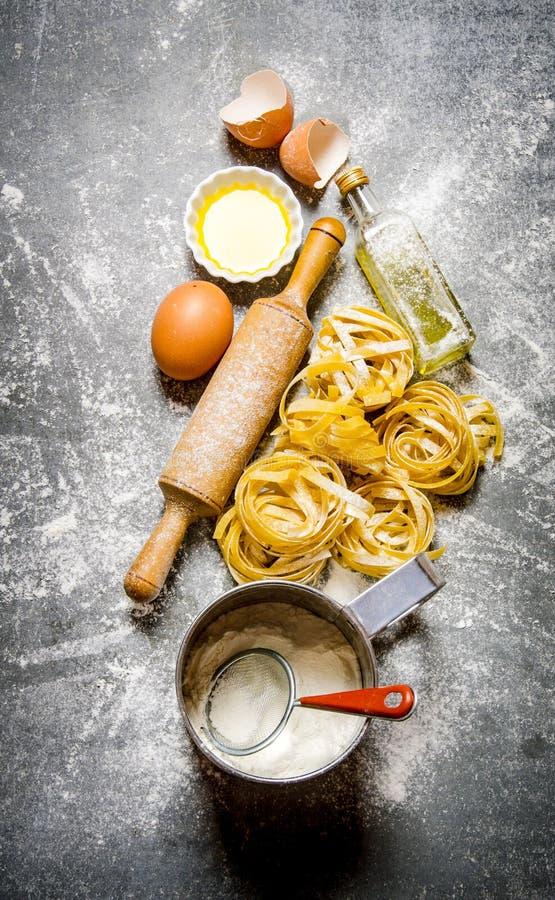 Förberedelsen av pasta och ingredienser arkivfoto