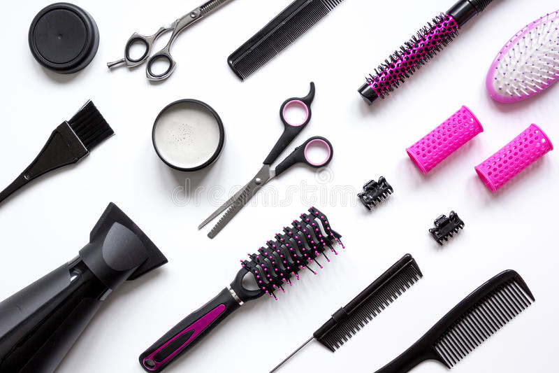 Förberedelser för att utforma hår på bästa sikt för vit bakgrund royaltyfri fotografi