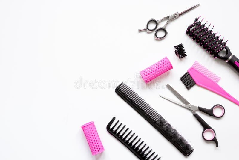 Förberedelser för att utforma hår på bästa sikt för vit bakgrund royaltyfri bild