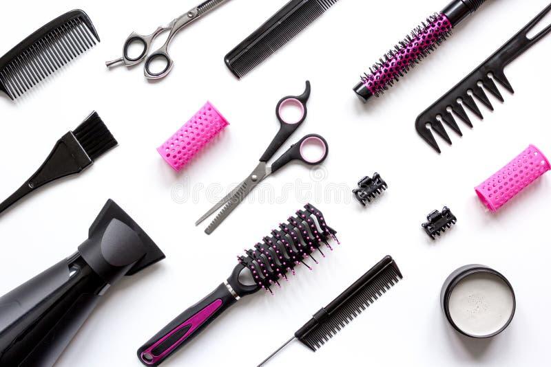 Förberedelser för att utforma hår på bästa sikt för vit bakgrund arkivfoton