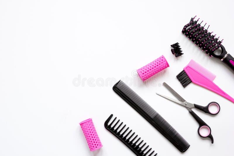 Förberedelser för att utforma hår på bästa sikt för vit bakgrund arkivbild