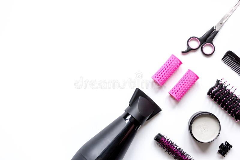 Förberedelser för att utforma hår på bästa sikt för vit bakgrund arkivfoto