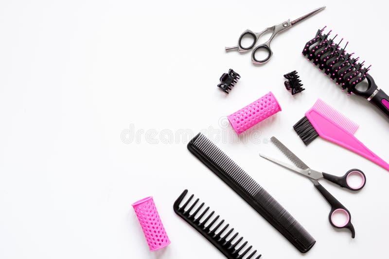 Förberedelser för att utforma hår på bästa sikt för vit bakgrund royaltyfri foto