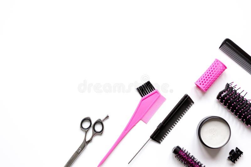 Förberedelser för att utforma hår på bästa sikt för vit bakgrund royaltyfria foton