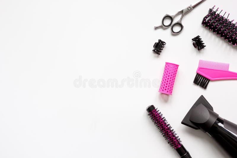 Förberedelser för att utforma hår på bästa sikt för vit bakgrund royaltyfria bilder