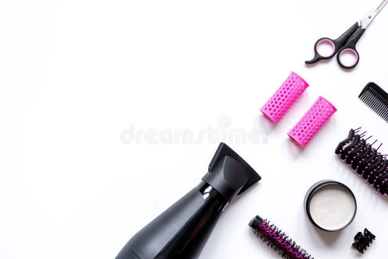 Förberedelser för att utforma hår på bästa sikt för vit bakgrund arkivbilder