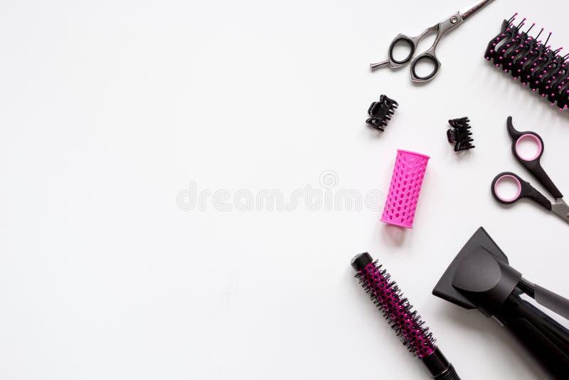 Förberedelser för att utforma hår på bästa sikt för vit bakgrund fotografering för bildbyråer