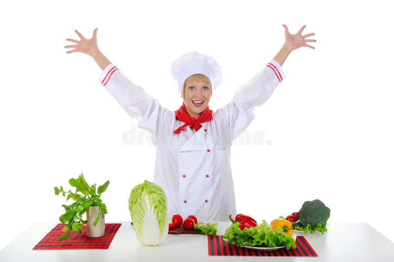 förbereder den stiliga positiven för kocken grönsaker royaltyfri foto