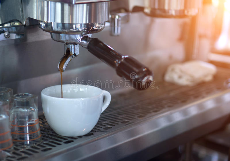 Förbereder mockan i coffee shop arkivfoto