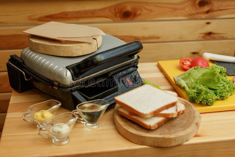 Förberett ingradient för att laga mat smörgåsen Laga mat fr?n nya gr?nsaker arkivbilder