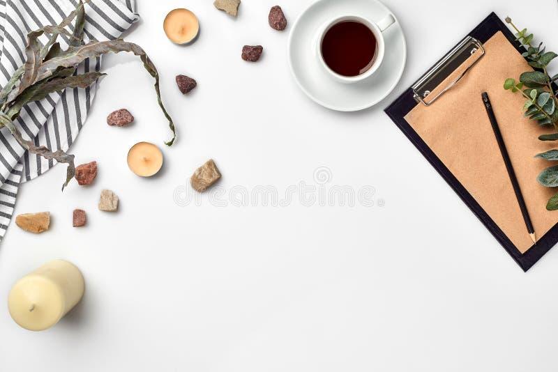 Förbigå den öppnade anteckningsboken med koppen kaffe på den vita tabellen Top beskådar books begreppslivstid nära gammal yellow  royaltyfri foto