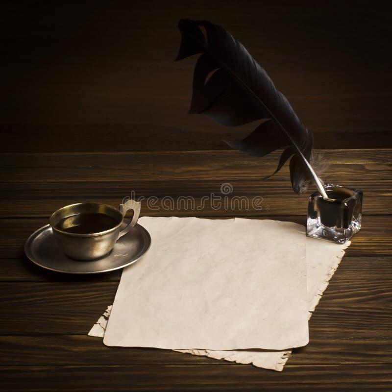 Förbigå pappers- och kupa av kaffe, quillen & färgpulver fotografering för bildbyråer