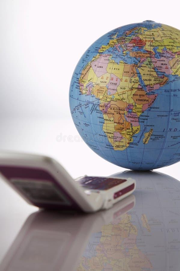 förbind den mobila telefonen till världen royaltyfria bilder