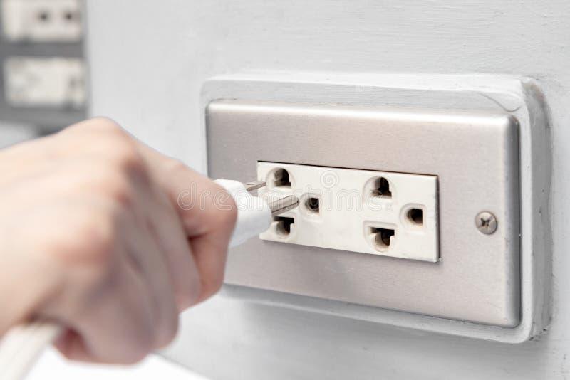 Förbindande elektrisk propp in i håligheten royaltyfria foton