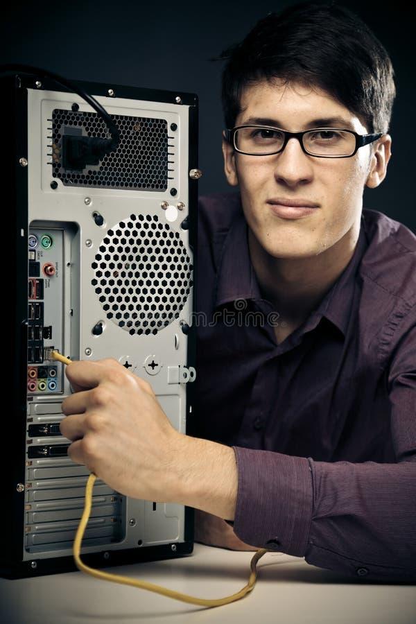 Förbindande nätverkskabel för ung man royaltyfria foton