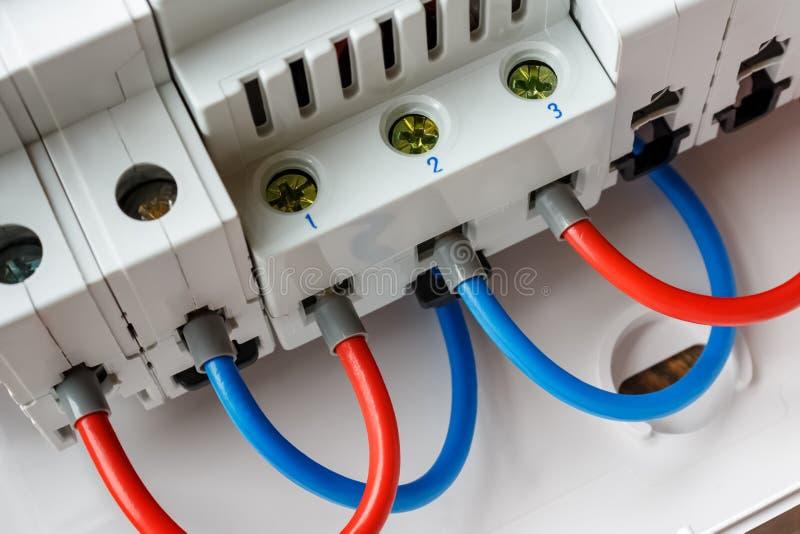 Förbindelse av för strömkretssäkerhetsbrytare för kulöra trådar den automatiska closeupen i den vita plast- monterande asken fotografering för bildbyråer