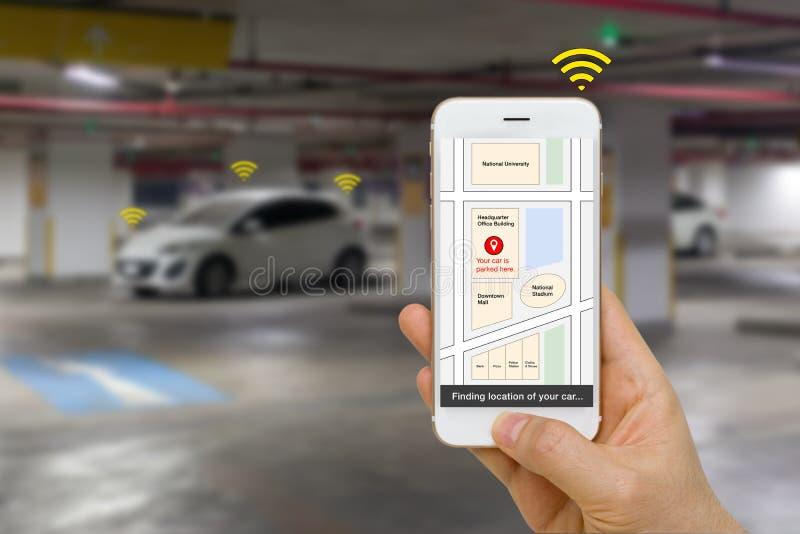 Förbindelsebilbegrepp som illustreras av läge för Smartphone App visningparkering av bilen via IOT eller internet av sakerteknolo royaltyfria bilder