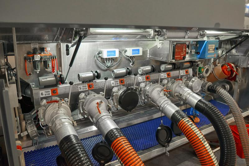 Förbindelsesikt på utrustning för behållare för lastbilsläpbränsle och tanka slangar Tanka släpkontrollbrädet Equ för kontroll fö arkivbilder