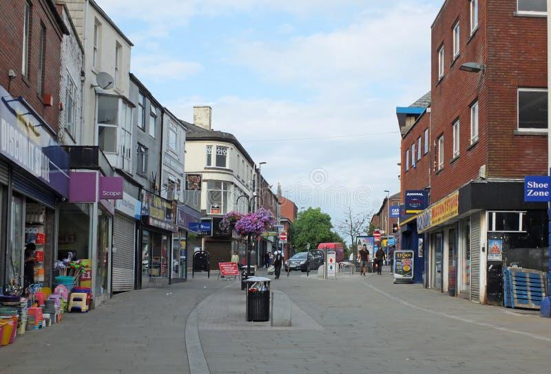 Förbipasserande förbi i det fot- shoppa området av den Rochdale stadskärnan royaltyfria bilder