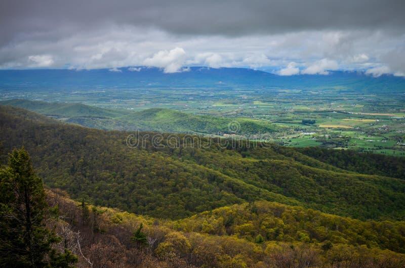 Förbise av den blåa Ridge Mountains dalen under, längs horisontdrev i den Shenandoah nationalparken i Virginia på en vårdag arkivbilder