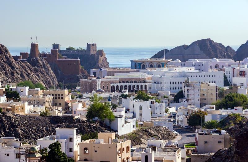 Förbise av Muscat gammalt hamnområde - Muscat, Oman royaltyfria bilder