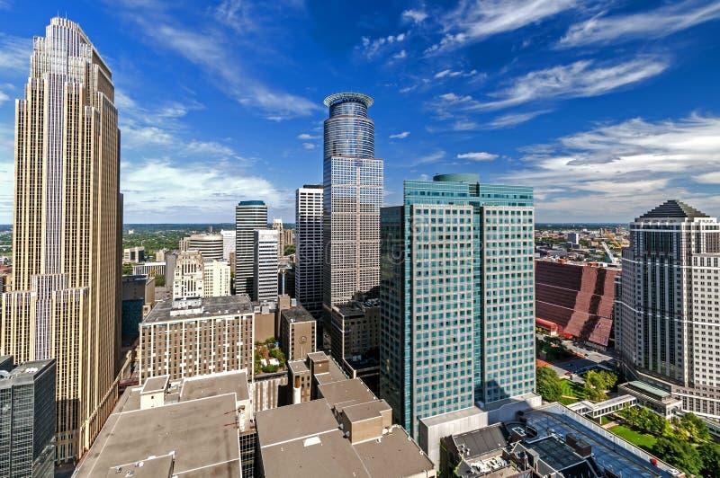 Förbise byggnader i stadens centrum Minneapolis, Minnesota royaltyfri foto