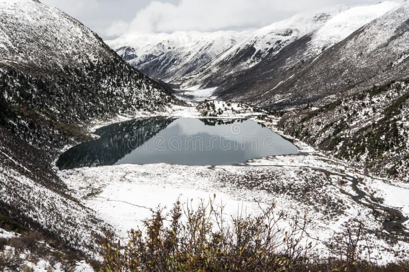 Förbise dalen och dekorkade bergen av Kham Tibet fotografering för bildbyråer