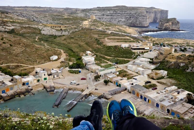 Förbise det inlands- havet med små hus bredvid det och svamp vagga i bakgrunden i gozoen, Malta royaltyfri bild