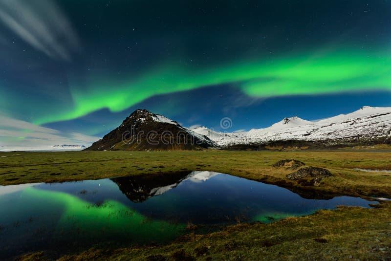 Förbluffa Aurora Borealis i Island himmel arkivfoto