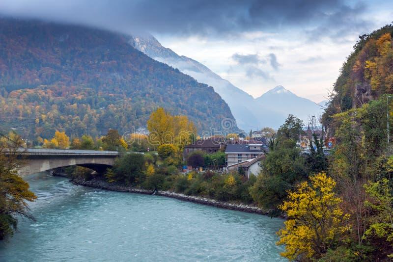Förbluffa Autumn Landscape av Rhone River, Schweiz arkivbild