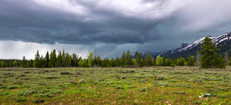 Förbluffa berg i den storslagna Teton nationalparken royaltyfri bild