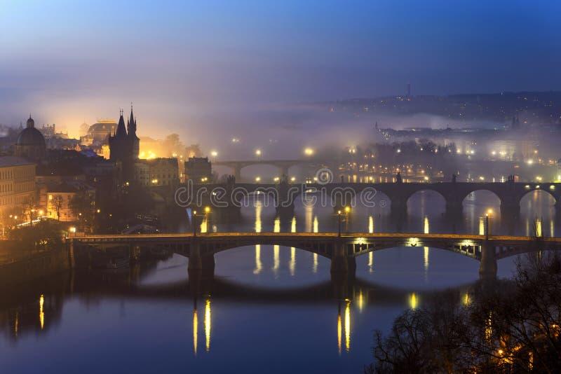 Förbluffa den Charles bron under dimmig morgon, Prague, Tjeckien fotografering för bildbyråer