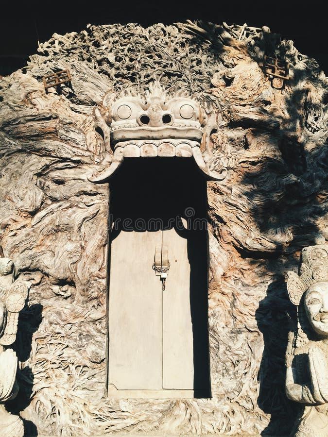 Förbluffa den forntida väggen med dörren in på en skugga I på solnedgången royaltyfria foton