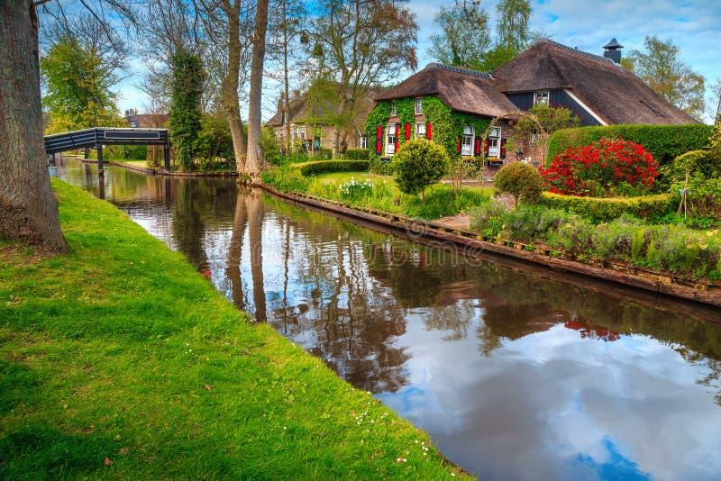 Förbluffa den holländska byn och traditionella hus, Giethoorn, Nederländerna, Europa royaltyfri foto