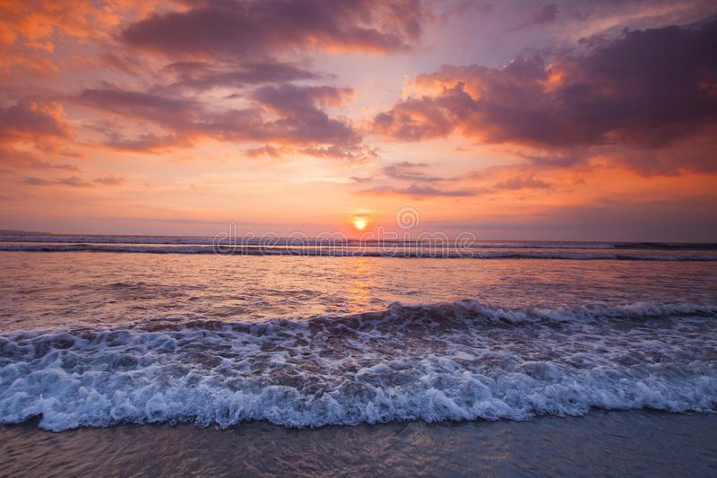 Förbluffa den solnedgångformBali stranden fotografering för bildbyråer