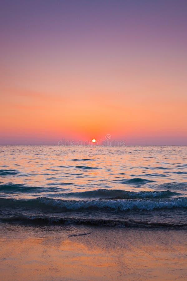 Förbluffa den solnedgångformBali stranden arkivfoton