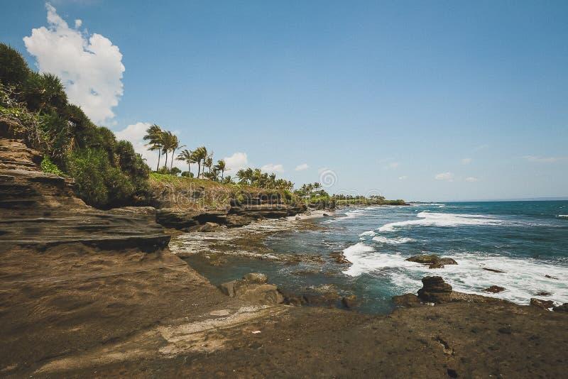 Förbluffa det djupblå indiska havet och stenen Bali för sikt royaltyfri bild