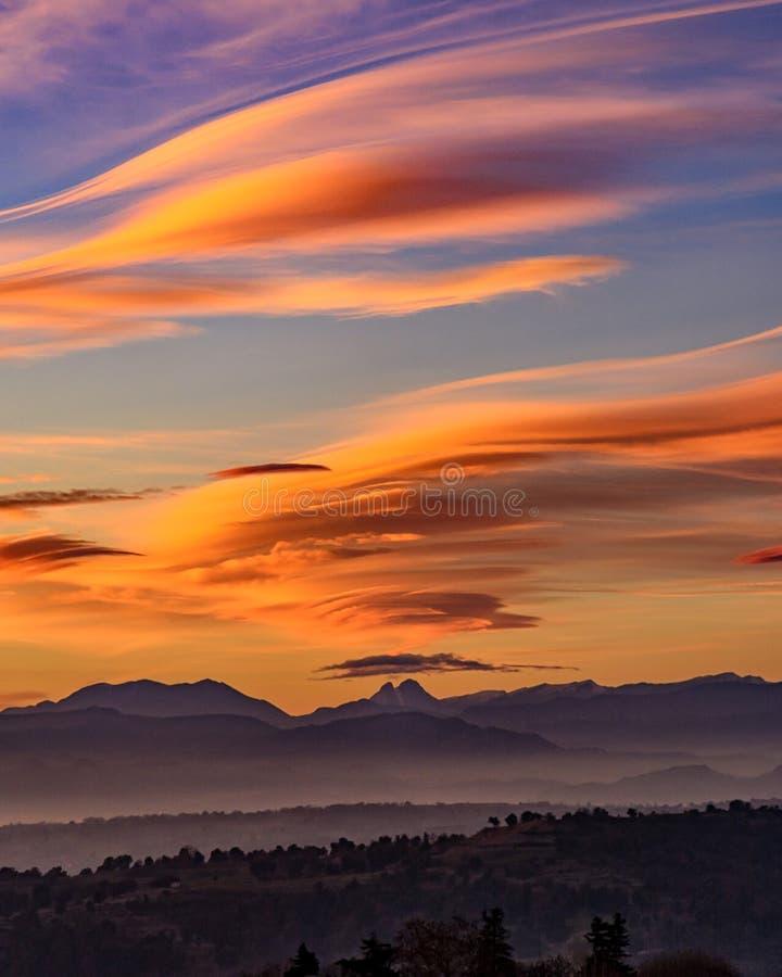 Förbluffa färgrik solnedgång bak det Pedraforca berget arkivfoto